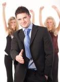 Homem de negócios que oferece um aperto de mão Fotografia de Stock