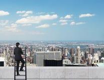 Homem de negócios que olha à cidade Fotos de Stock Royalty Free