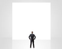 Homem de negócios que olha acima no sinal vazio Imagem de Stock Royalty Free