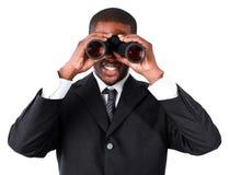 Homem de negócios que olha através dos binóculos Imagens de Stock Royalty Free