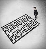 Homem de negócios que olha em um labirinth Imagem de Stock Royalty Free