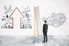 Homem de negócios que olha a escada Imagem de Stock