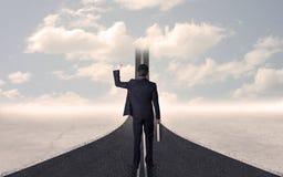 Homem de negócios que olha a estrada 3d que vai acima no céu Fotos de Stock Royalty Free