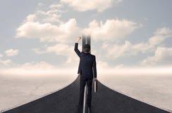 Homem de negócios que olha a estrada 3d que vai acima no céu Imagens de Stock Royalty Free