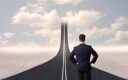Homem de negócios que olha a estrada 3d que vai acima no céu Fotografia de Stock