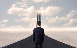 Homem de negócios que olha a estrada 3d que vai acima no céu Fotos de Stock