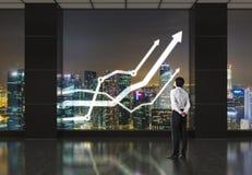 Homem de negócios que olha na carta Imagem de Stock Royalty Free