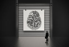 Homem de negócios que olha o cérebro do metal 3d Imagem de Stock