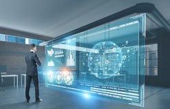 Homem de negócios que olha o holograma da rede, HUD Fotografia de Stock