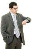 Homem de negócios que olha o pulso de disparo Fotografia de Stock Royalty Free