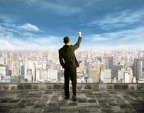 Homem de negócios que olha o sucesso Fotografia de Stock