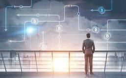 Homem de negócios que olha a rede do bitcoin no céu Foto de Stock Royalty Free