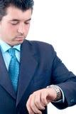 Homem de negócios que olha seu relógio (trajeto de grampeamento incluído) imagens de stock royalty free