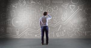Homem de negócios que olha um esboço do projeto em uma rendição da parede 3D Imagens de Stock