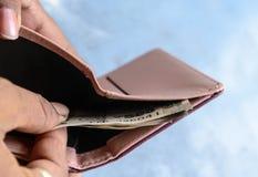 Homem de negócios que põe ou que remove ou que paga cédulas da rupia indiana da carteira de couro Fundo branco isolado Ganhando a foto de stock