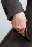 Homem de negócios que põe um cartão de crédito em um bolso fotografia de stock royalty free