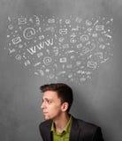 Homem de negócios que pensa com ícones sociais da rede acima de sua cabeça Fotografia de Stock