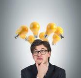 Homem de negócios que pensa com bulbo Foto de Stock Royalty Free