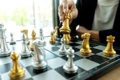 Homem de negócios que pensa e para guardar a xadrez do rei em sua mão fotografia de stock royalty free