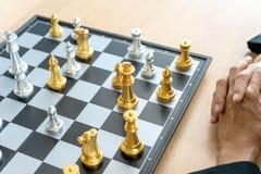 Homem de negócios que pensa e para guardar a xadrez do rei em sua mão fotos de stock royalty free