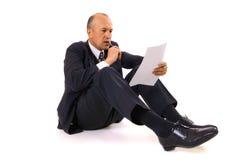 Homem de negócios que pensa sobre o contrato novo Fotografia de Stock Royalty Free
