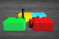 Homem de negócios que pensa sobre o labirinto 3d Imagem de Stock