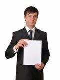 Homem de negócios que prende o cartão branco vazio Fotografia de Stock Royalty Free