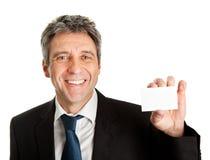 Homem de negócios que prende o cartão em branco Fotos de Stock