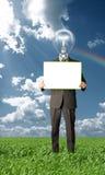 Homem de negócios que prende o cartão em branco ao ar livre Fotografia de Stock