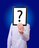 Homem de negócios que prende a tabuleta digital com pergunta Foto de Stock