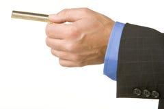 Homem de negócios que prende um cartão de crédito do ouro fotografia de stock royalty free