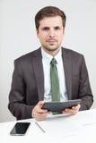 Homem de negócios que prende um computador da tabuleta fotos de stock