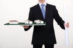 Homem de negócios que prende um modelo arquitectónico Foto de Stock Royalty Free