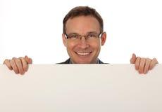 Homem de negócios que prende um sinal em branco Imagens de Stock
