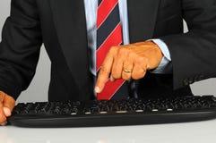 Homem de negócios que pressiona a chave no teclado Fotografia de Stock