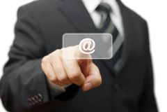 Homem de negócios que pressiona (@) no botão virtual, uma comunicação do email Fotos de Stock