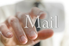 Homem de negócios que pressiona o ícone do correio em uma relação do ecrã táctil Foto de Stock