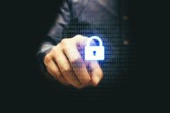 Homem de negócios que pressiona o ícone do fechamento com binário, conce da segurança do cyber Fotos de Stock