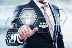 Homem de negócios que pressiona o botão na relação do tela táctil e na transformação seleta do negócio fotografia de stock
