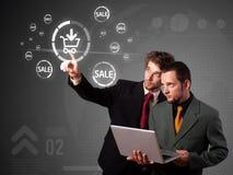 Homem de negócios que pressiona a promoção virtual e que envia o tipo de ícone Imagem de Stock