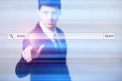 Homem de negócios que pressiona telas virtuais do botão Foto de Stock