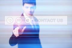 Homem de negócios que pressiona telas virtuais do botão Fotos de Stock