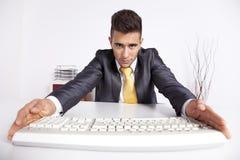 Homem de negócios que pressiona uma chave no teclado Foto de Stock