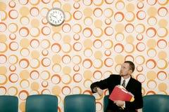Homem de negócios que presta atenção ao tempo Imagem de Stock