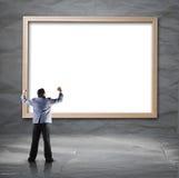 Homem de negócios que procura o contexto branco com quadro de madeira Foto de Stock