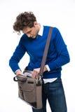 Homem de negócios que procura originais em seu saco imagens de stock