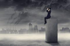 Homem de negócios que procura uma solução à poluição 1 Imagens de Stock Royalty Free