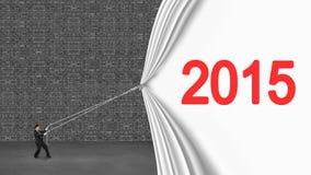 Homem de negócios que puxa abaixo da cortina 2015 que cobre o wa cinzento velho do tijolo Imagens de Stock Royalty Free