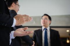 Homem de negócios que quebra as mãos com o sócio comercial da equipe, homem de negócios que agita as mãos para selar um negócio fotografia de stock royalty free