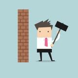Homem de negócios que quebra a parede com martelo Fotografia de Stock Royalty Free